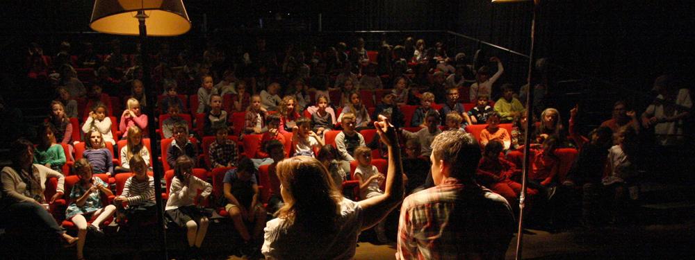 Photo d'une réunion avec un public scolaire
