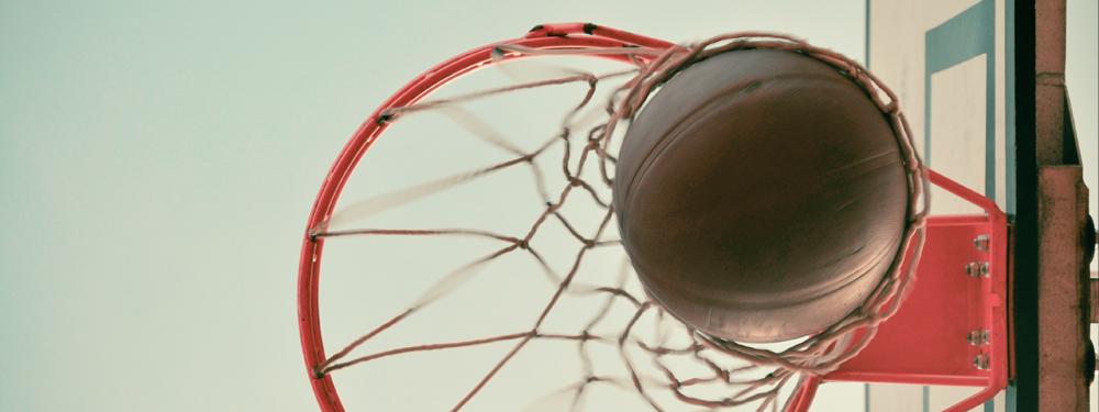 Photo d'un ballon de basket dans un panier