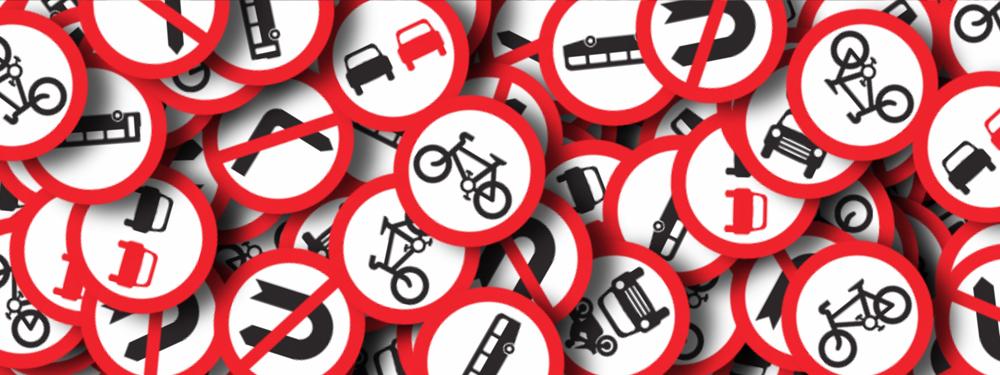 Photo de panneaux du code de la route