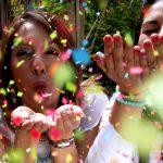 Photo de femmes lançant des confettis