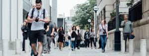 Photo de passants marchant dans la rue