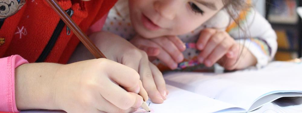 Photo de 2 enfants en train d'écrire