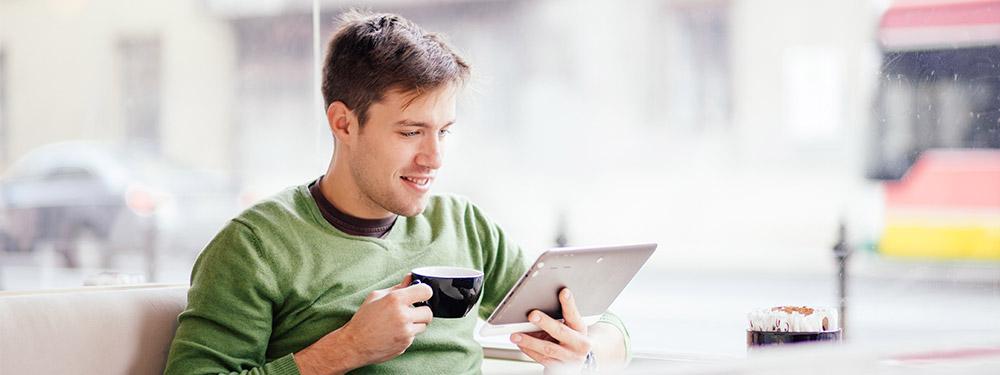 Jeune homme consulte sa tablette