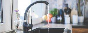 Photo d'un robinet avec de l'eau qui coule