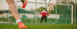 Photo d'une frappe d'un footballeur