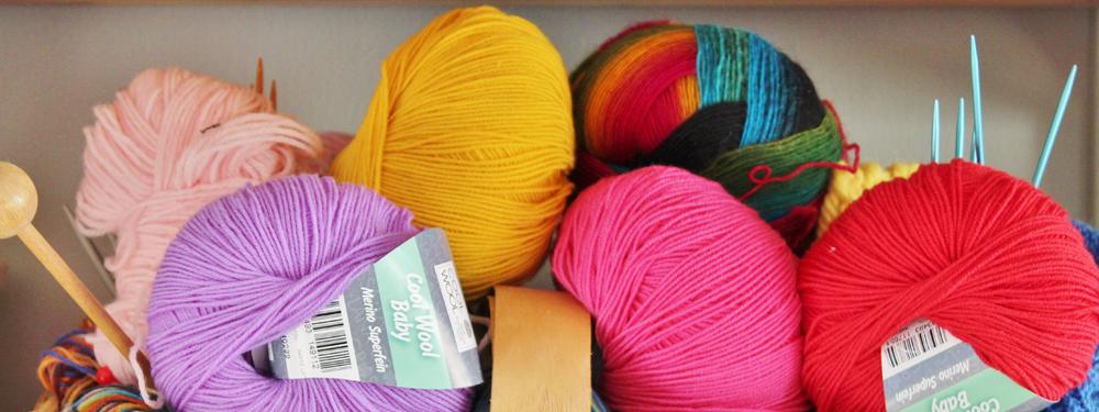 Photo d'une panier avec des pelotes de laine