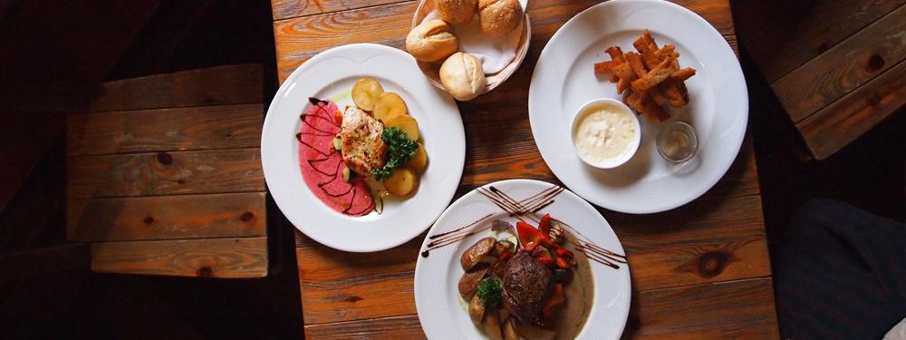 Photo de 3 plats sur une table en bois