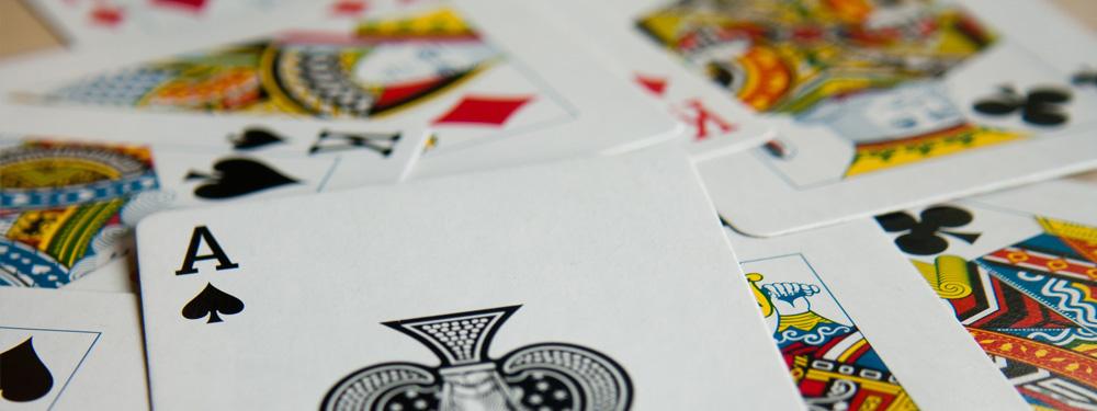 Jeux de carte étalés sur une table