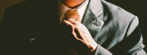 Photo d'un homme remettant sa cravate