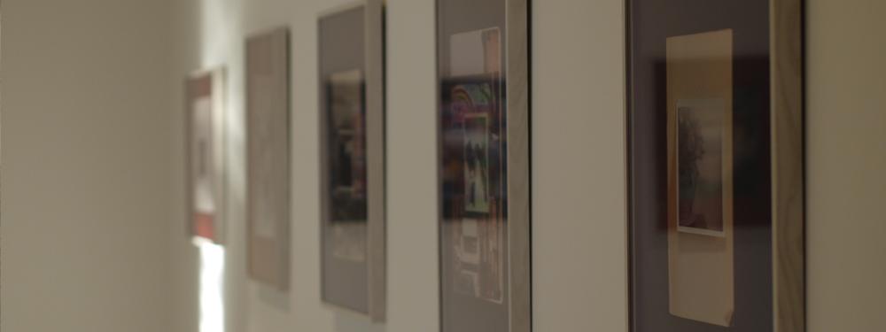 Photo de cadres accrochés sur un mur