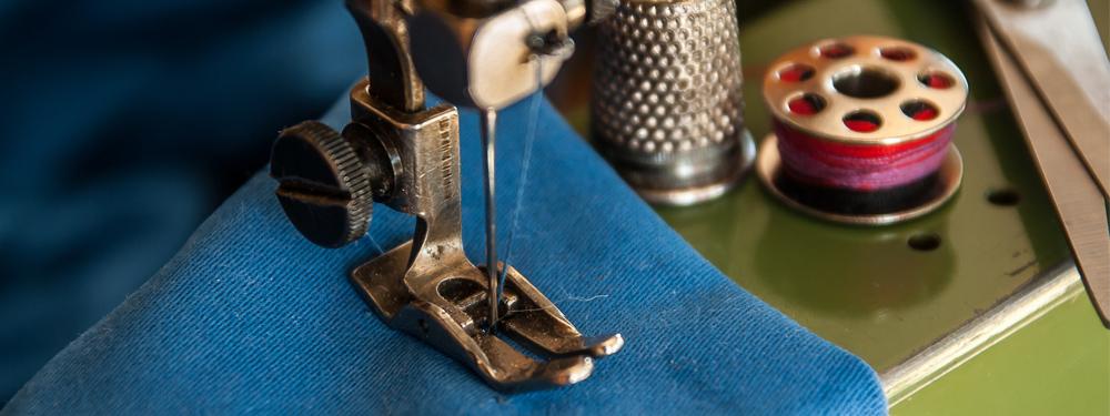 Photo d'une machine à coudre en fonctionnement