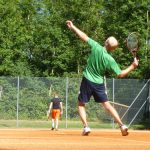 Tennisman en train de servir