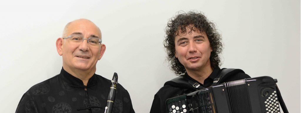 Photo d'un clarinettiste et d'un accordéoniste qui prennent la pose