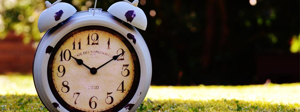 Photo d'une horloge posée sur le gazon