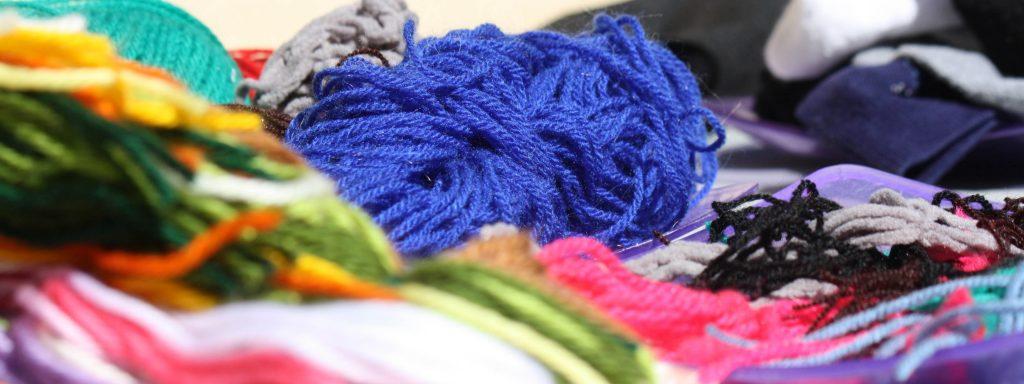 Photo de morceaux de laine éparpillés pour la fabrication d'objets recyclés