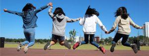 Photo de 4 jeunes filles en train de sauter