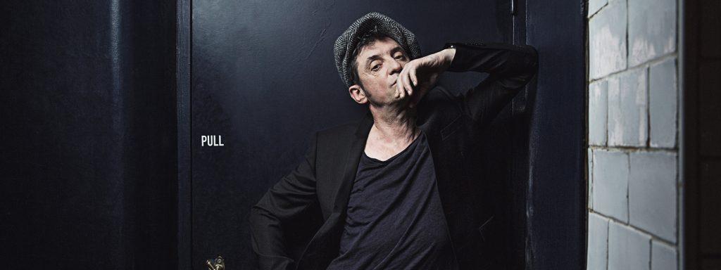 Photo de Yves Jamait accoudé contre un mur