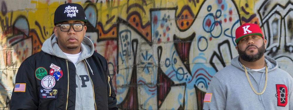 Photo du rappeur Apollo Brown devant un mur de graffs