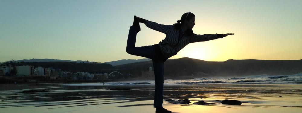 Photo d'une femme en plein yoga