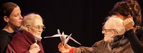 Photo de deux comédiennes qui manipulent des marionnettes de personnes âgées à taille humaine
