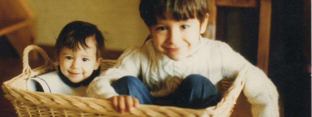 Photo de deux enfants dans un panier