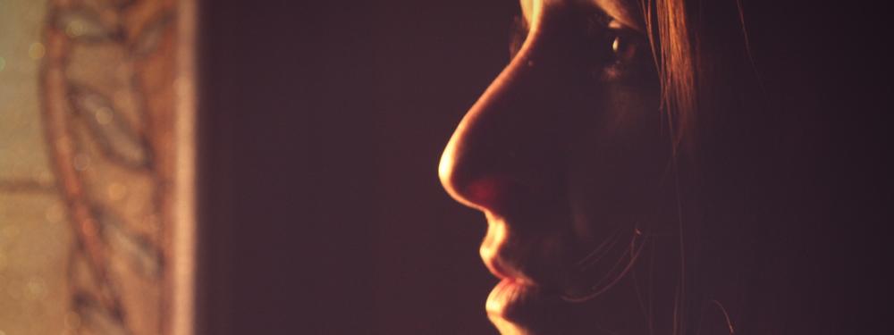 Photo du visage de profil de la conteuse