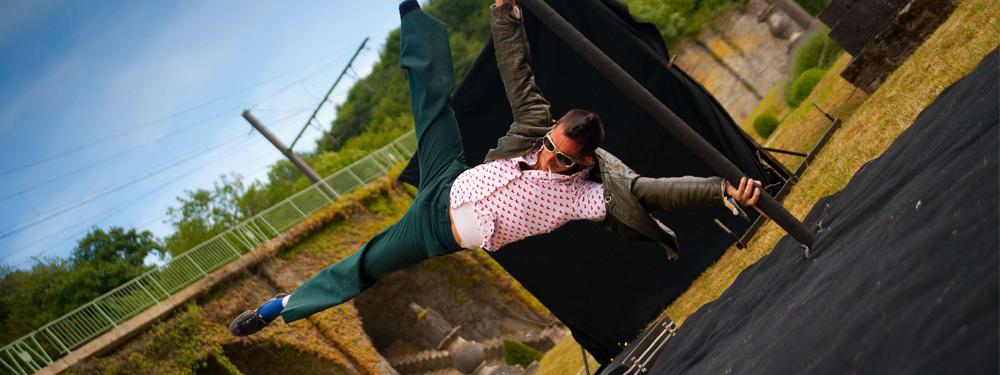 Photo d'un acrobate sur une barre de pole danse