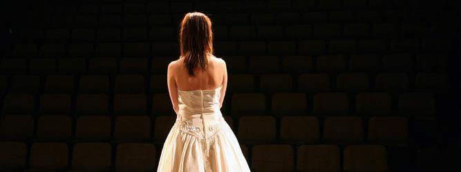 Photo d'une chanteuse lyrique sur scène faisant face au public
