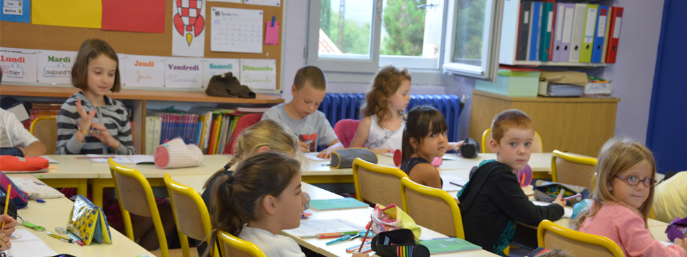 Photo d'élèves dans une salle de classe