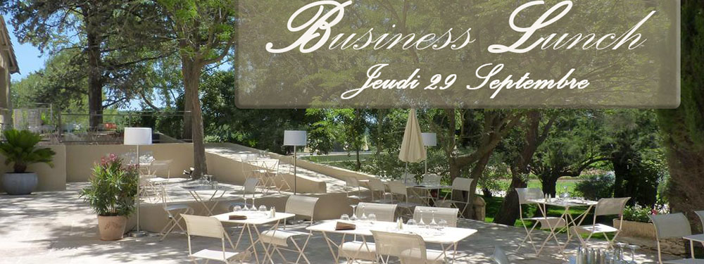 Photo représentant la terrasse extérieure de la bastide de Venelles avec tables mises et chaises
