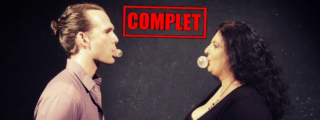 Photo du Duo Heiting soucasse représentant un homme et une femme de profil en train de faire une bulle de chewing-gum