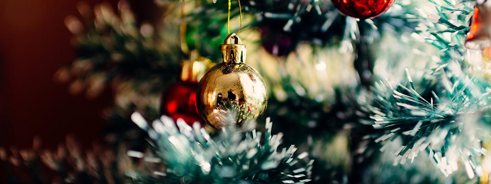 Photo en gros plan d'une boule de Noel accrochée à un sapin