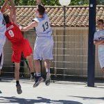 Photo de basketteurs du VBC en train de marquer un panier avec tout autour des défenseurs d'une équipe adverse