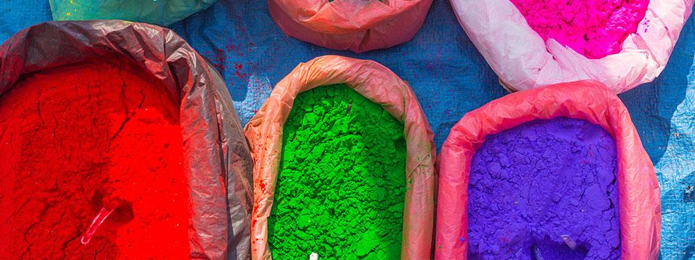Photos de sachets remplie de pigments de toutes les couleurs
