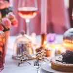 Photo d'une table bien mise pour les fêtes.