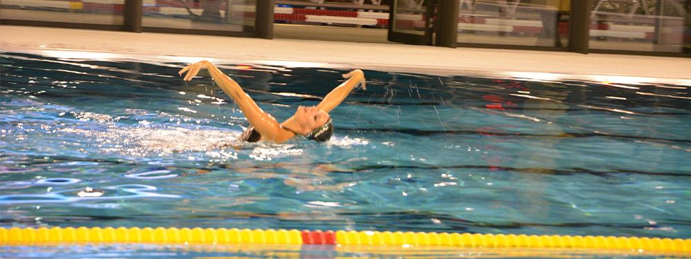 Photo de Virginie Dedieu faisant une démonstration de danse aquatique dans le centre aquatique Sainte-Victoire