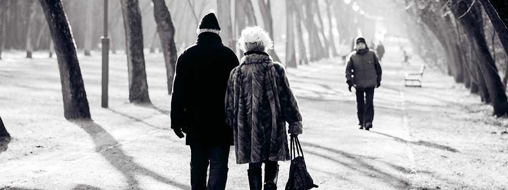 Photo d'un couple de seniors marchant main dans la main dans une avenue