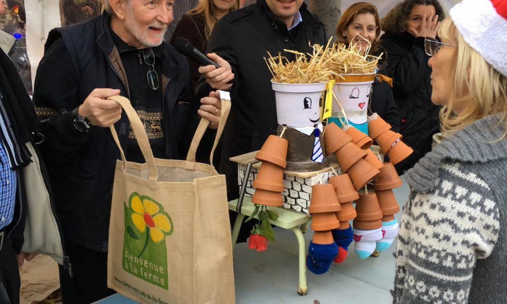 Photo de la remise des prix du concours des épouvantails avec l'épouvantail gagnant réalisé avec des pots de fleurs de récup