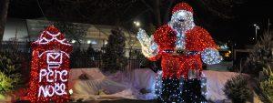 Photo des décorations de Noël de Venelles avec Père Noël et boite aux lettres lumineux