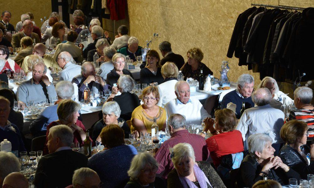 Photo de seniors au repas des anciens vu de haut