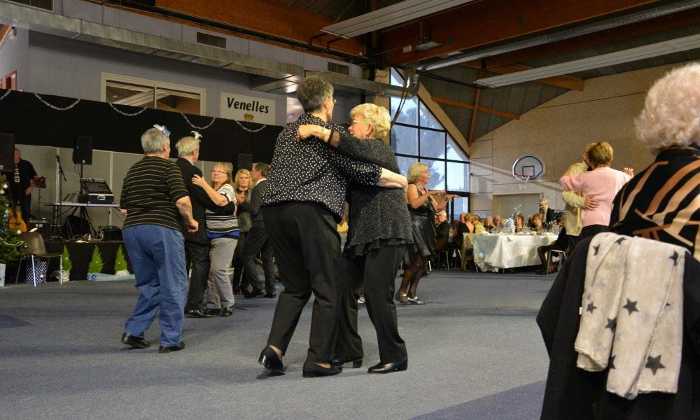 Photo de couples de seniors en train danser sur la piste de danse