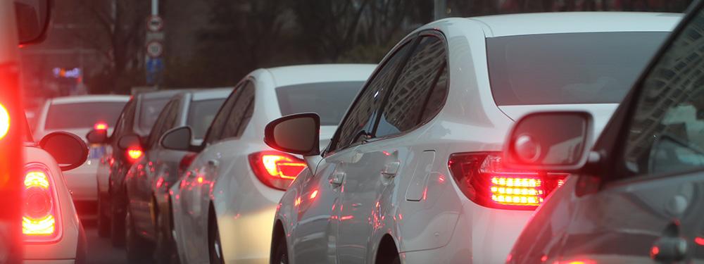 Photo de voitures à l'arrêt dans un embouteillage