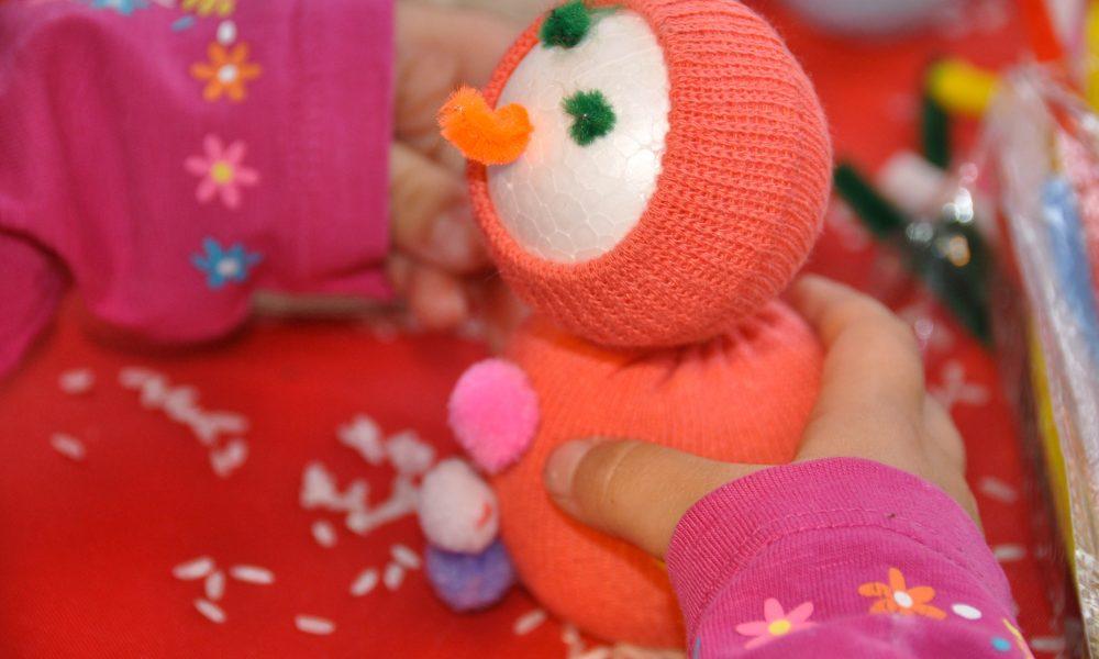 Photo d'une petit bonhomme de neige en mousse réalisé par un enfant lors d'un atelier sur le marché de noël