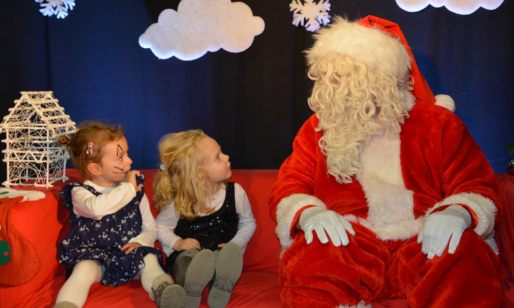 Photo de 2 enfants regardant le Père Noel