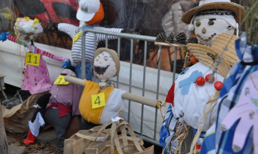 Photo de plusieurs épouvantails créés pour le concours des épouvantails organisé par le comité des fêtes