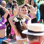 Photo du carnaval montrant la foule et des danseuses de bollywood