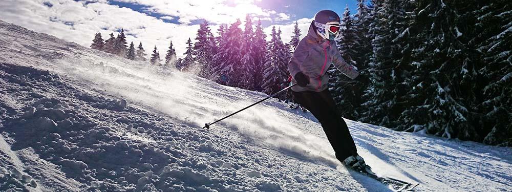 Photo d'un skieur dévalant les pistes enneigées