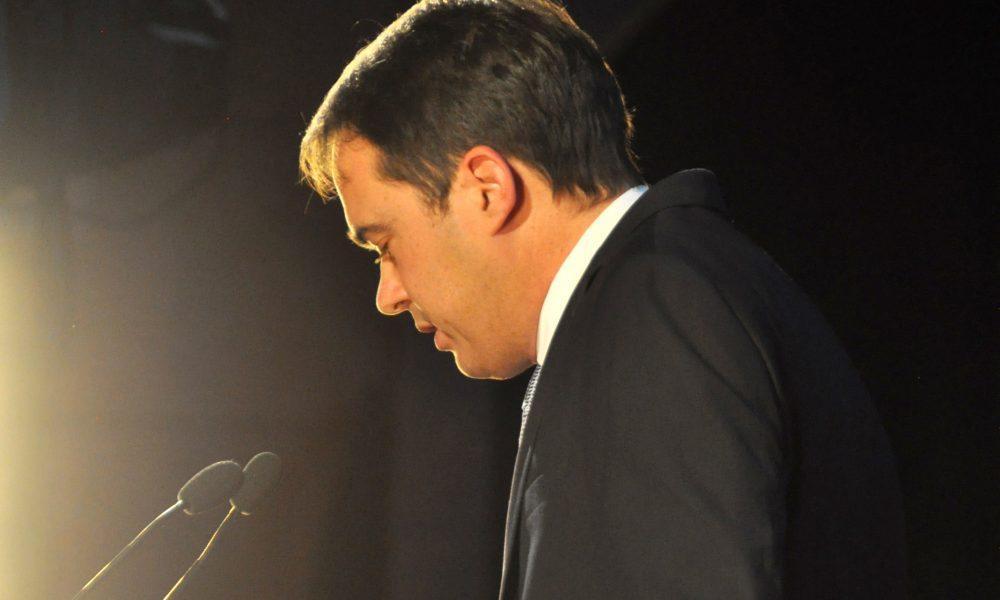 Portrait du Maire de profil sur scène lors de son discours