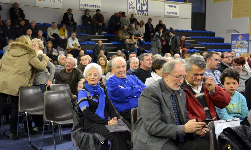 photo de personnes âgées habillées en bleu assis sur des chaises.