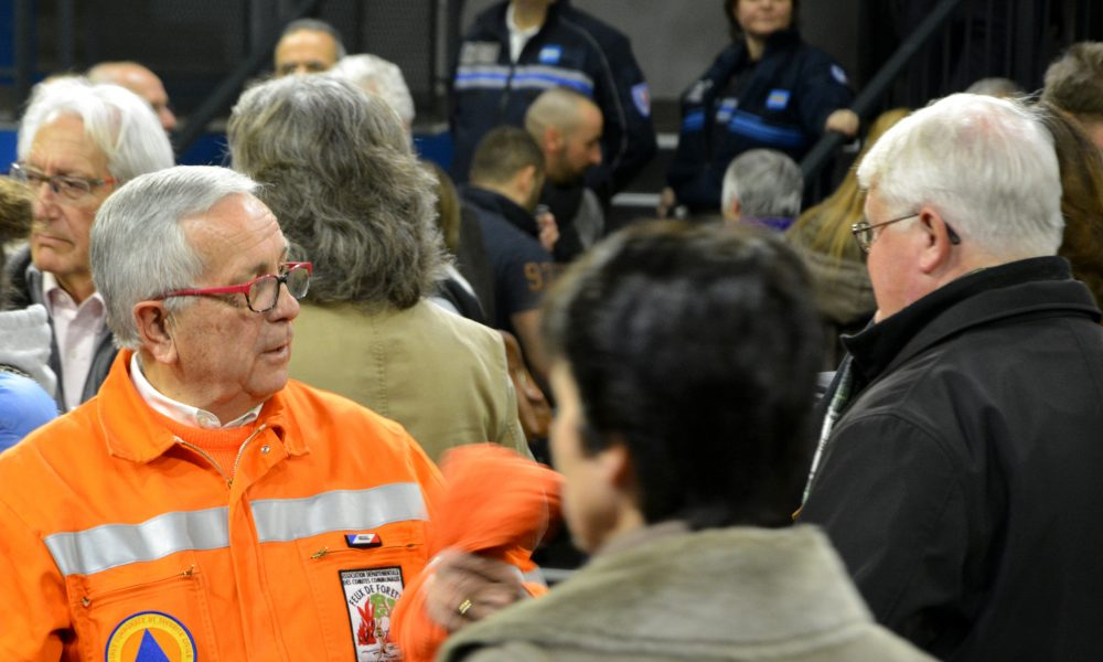 Photo d'un homme en orange de la réserve communale de sécurité civile en pleine discussion